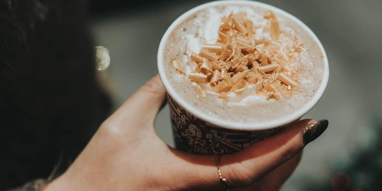 カフェラテ持つ手にぴったりシャンディーネイル